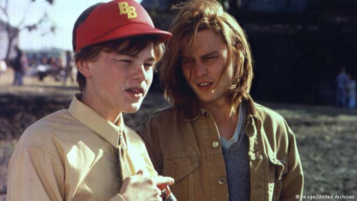 لئوناردو دیکاپریو که در آن زمان ۱۹ سال داشت در نقش آرنی، برادر کوچک گیلبرت گریپ (جانی دپ) با بازی در فیلم چه چیزی گیلبرت گریپ را آزار میدهد برای اولین بار توانست توجه مخاطبان را بهخوبی به خود جلب کند. رابطه او با برادرش گیلبرت هم محبتآمیز و هم فرساینده بود. دیکاپریو به پاس بازی نابش در این فیلم نه تنها برای اسکار بلکه برای گلدن گلوب نیز نامزد بهترین بازیگر مکمل مرد شد.