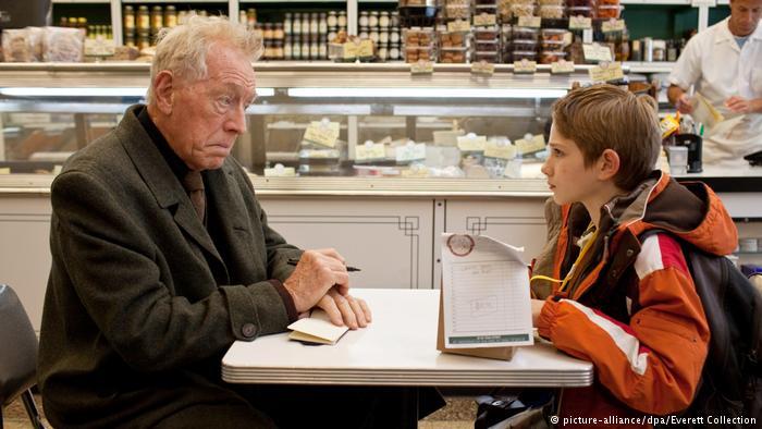 اسکار پدر خود را در حملات تروریستی ۱۱ سپتامبر ۲۰۰۱ از دست داد. این پسر که سندرم اسپرگر دارد و نتوانسته با مرگ پدر کنار بیاید یک روز پاکتی پیدا میکند که رویش نوشته شده بلک و درونش کلیدی است. او که تصور میکند اگر صاحب کلید را پیدا کند به پدرش نزدیک میشود در این جستجو نیویورک را زیر پا میگذارد. این فیلم آمریکایی به کارگردانی استیون دالدری در سال ۲۰۱۲ نامزد جایزه اسکار بهترین فیلم شد.